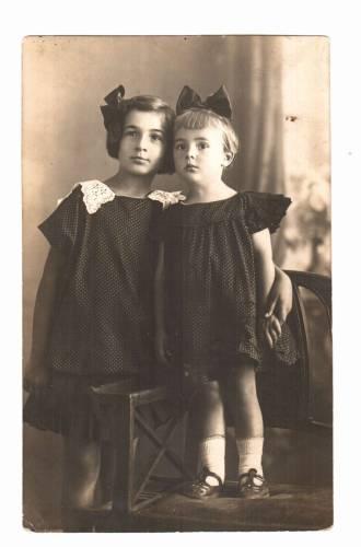 сестры Седлецкие, Ира 9 лет и Рая (3  года), 1926